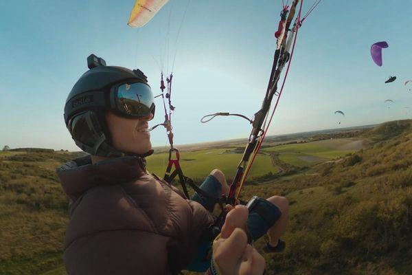 Cận cảnh vận động viên điều khiển dù lượn bay xuống núi