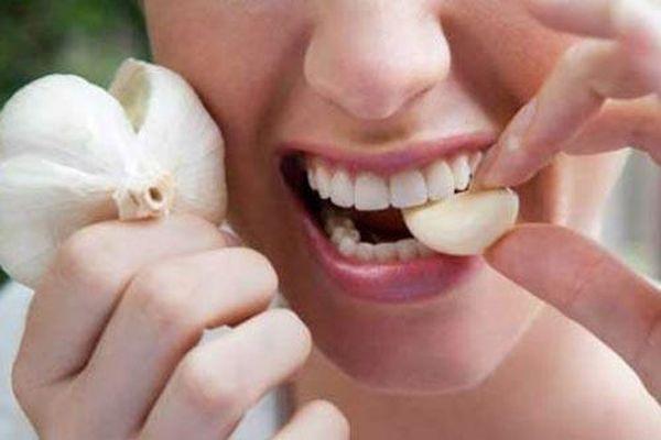 3 cách đánh bay mùi hôi miệng sau khi ăn tỏi