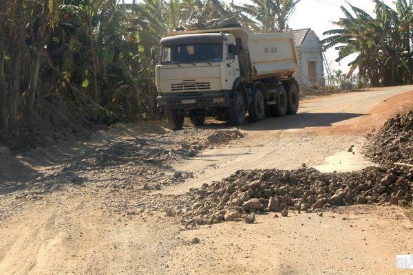 Đường 10 tấn bị xe cát 'khủng' cày nát: Từng bị 'tuýt còi' vẫn... phớt lờ!