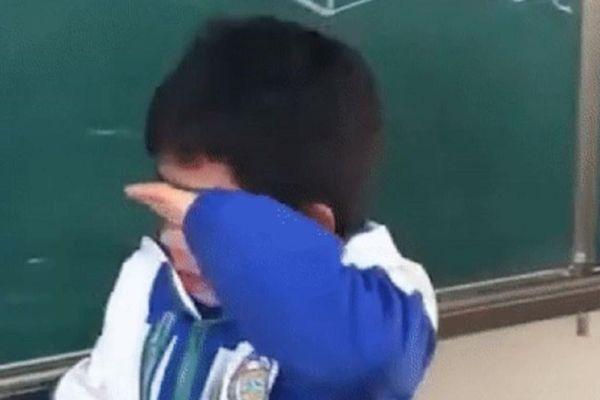 Nghe cô giáo gọi tên mình được nhận giấy khen phút chót, cậu bé từ ngạc nhiên chuyển sang bật khóc nức nở