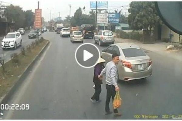 Camera giao thông: Dừng xe dắt cụ bà sang đường, tài xế container nhận 'mưa lời khen'