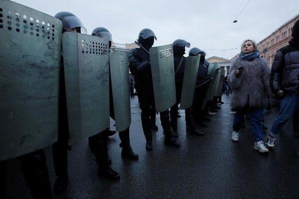 Cảnh sát xin lỗi nạn nhân bị đạp vào bụng trong biểu tình ở St. Petersburg