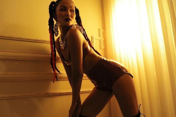 Hoa hậu H'Hen Niê bất ngờ nổi loạn với phong cách rap-hiphop