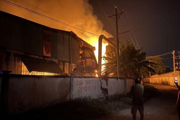 Bình Dương: 'Bà hỏa' thiêu rụi công ty gỗ lúc rạng sáng