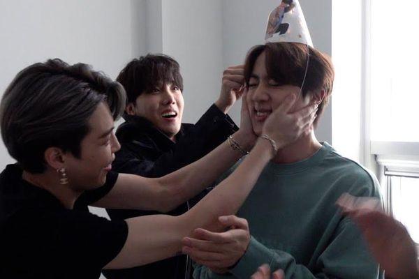 Bị Jin (BTS) ra hiệu 'nghỉ chơi', Jimin cứu vãn bằng hành động cực lãng mạn