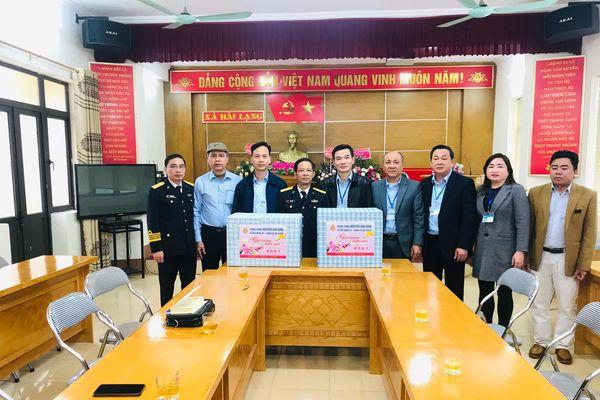 Chính ủy Quân chủng Hải quân tặng quà tết cho gia đình chính sách tại Tiên Yên