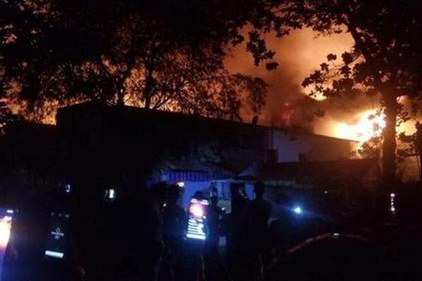 Xưởng vải ở Hóc Môn đang cháy lớn, lan sang nhà dân, công ty lân cận