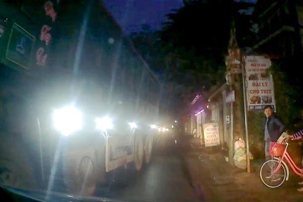 Hết hồn vì xe tải bất thình lình xuất hiện sau ánh đèn pha chói lóa