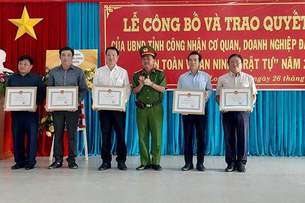 Chủ tịch UBND tỉnh An Giang công nhận 148 cơ quan, doanh nghiệp đạt tiêu chuẩn 'An toàn về an ninh trật tự' năm 2020
