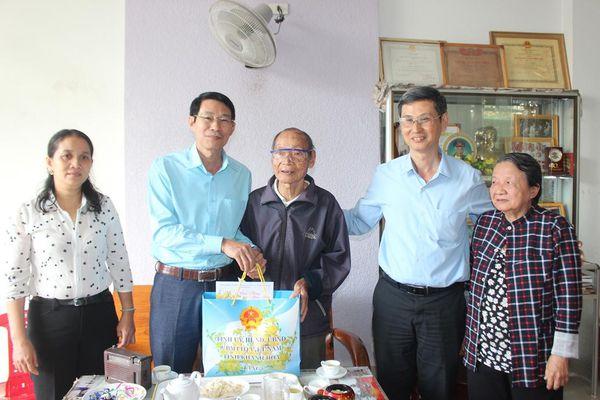 Ông Đinh Văn Thiệu - Phó Chủ tịch UBND tỉnh Khánh Hòa thăm, tặng quà Tết gia đình chính sách tiêu biểu huyện Diên Khánh