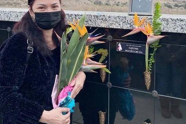 Xót xa hình ảnh bà xã cố NS Chí Tài mắt sưng húp khi thăm mộ chồng