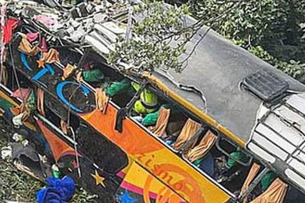 Xe buýt lao khỏi đê, 19 người thiệt mạng