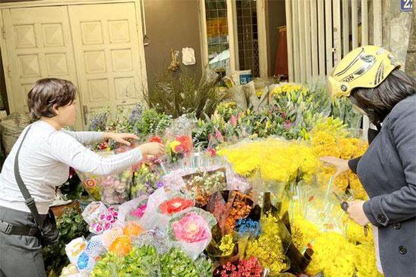 Thị trường Rằm tháng Chạp: Giá hoa cúc và hồng bất ngờ giảm mạnh