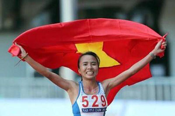 Phạm Thị Bình với huy chương vàng danh giá trên đường chạy marathon