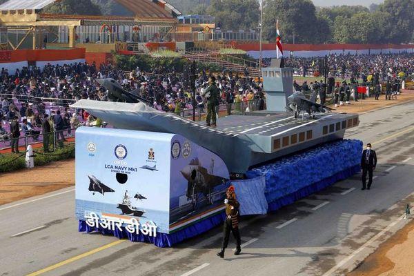 Quân đội Ấn Độ mang cả... tàu sân bay lên bờ để duyệt binh
