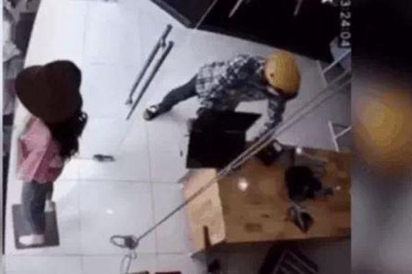 Truy tìm tên cướp xịt hơi cay vào mặt nữ nhân viên, giật laptop bỏ chạy