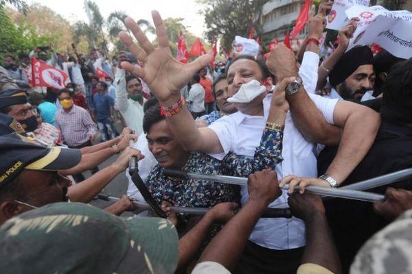 Nông dân Ấn Độ giận dữ tham gia bạo loạn, hàng chục cảnh sát Delhi bị thương