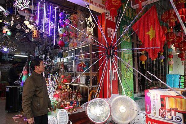 Đèn led mô phỏng pháo hoa lần đầu có ở Hà Tĩnh 'hút' người mua