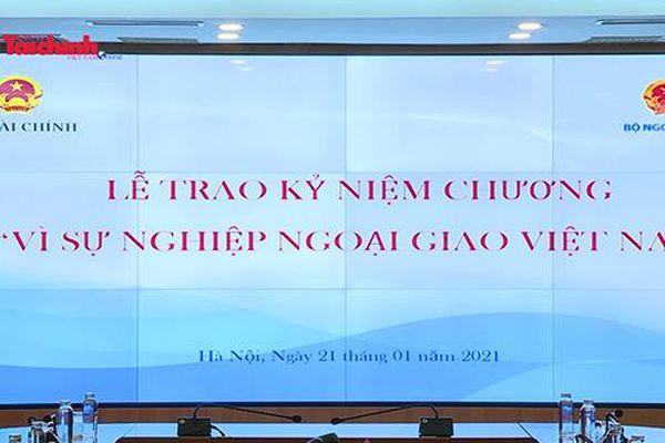 Lãnh đạo Bộ Tài chính đón nhận Kỷ niệm chương 'Vì sự nghiệp Ngoại giao Việt Nam'