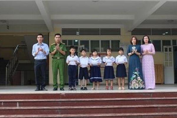 Công an Tân Uyên tặng quà học sinh giỏi có hoàn cảnh khó khăn