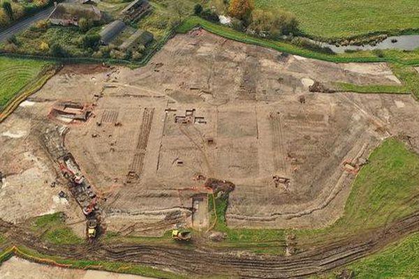 Đào đường ray, lọt vào 'trang viên kho báu' biến mất 4 thế kỷ