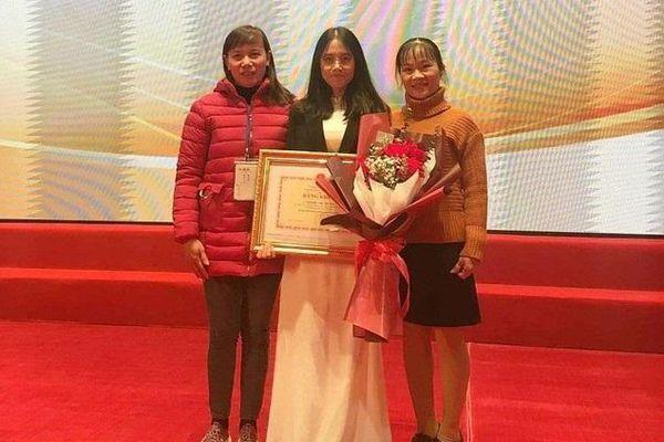 Cô giáo Phú Thọ nuôi học sinh đoạt giải Olympic nhận bằng khen của Bộ trưởng Nhạ