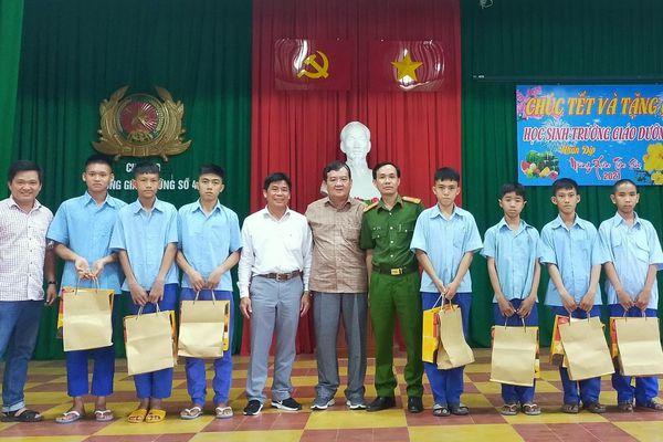 Tặng quà trẻ em tại Trường Giáo dưỡng số 4
