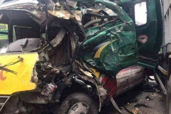 Nghệ An: Xe tải vượt ẩu đấu đầu xe buýt, 4 hành khách nhập viện