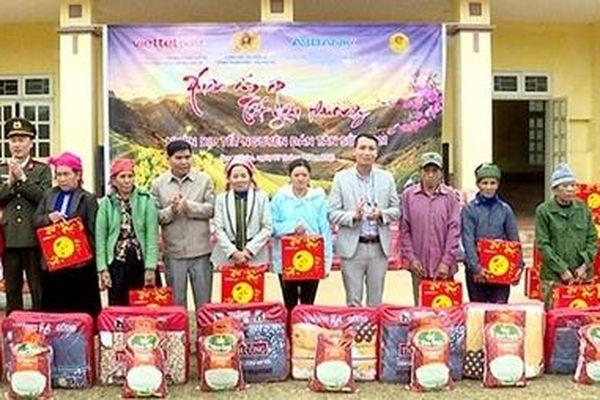 Trao 100 suất quà Tết cho nhân nhân xã Song Khủa, huyện Vân Hồ, tỉnh Sơn La