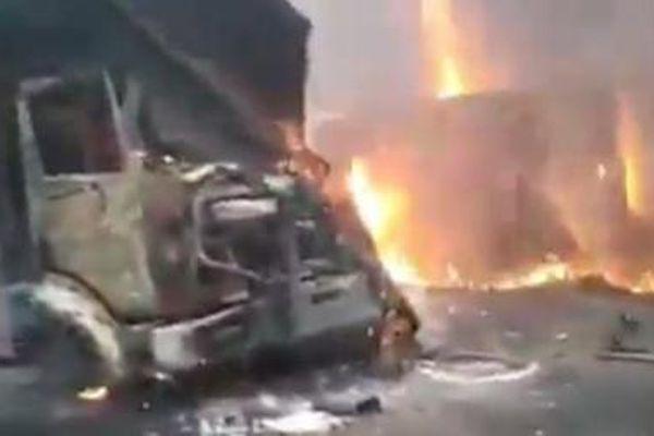 Xe bus đâm trúng xe tải chở dầu, 53 người thiệt mạng