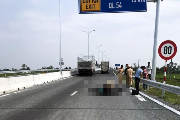 Xe máy chạy vào cao tốc Lộ Tẻ - Rạch Sỏi bị tai nạn