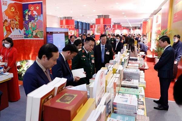 Đông đảo đại biểu đến xem không gian trưng bày sách, báo, ảnh tại Đại hội XIII