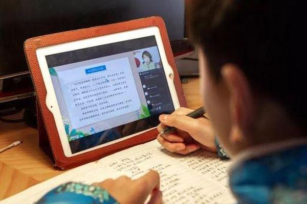 Trường THCS ở Trung Quốc bắt học sinh học online từ 5h50