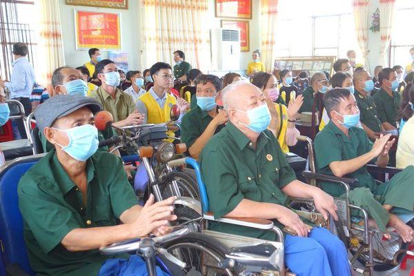 Ngân hàng BIDV và báo Tiền Phong tặng quà cho thương binh nhân dịp Tết Tân Sửu