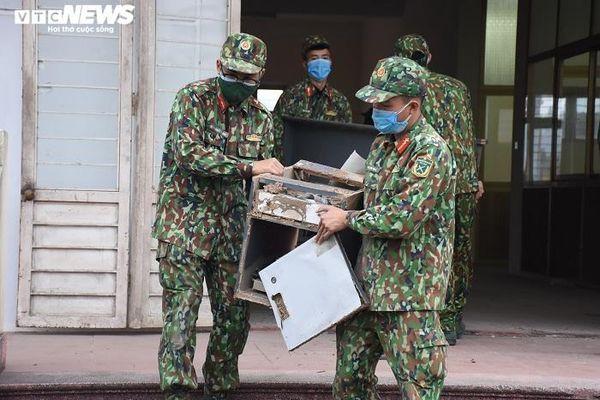 Bộ đội căng mình dọn dẹp xây bệnh viện dã chiến 1.000 giường ở Hải Dương