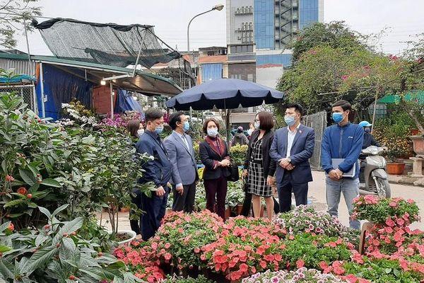 Chú trọng hơn công tác đảm bảo phòng chống dịch tại chợ hoa Tết trên địa bàn quận Thanh Xuân, quận Hà Đông
