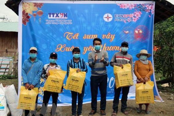 TTXVN góp phần mang niềm vui cho người dân vùng khó khăn đón Tết