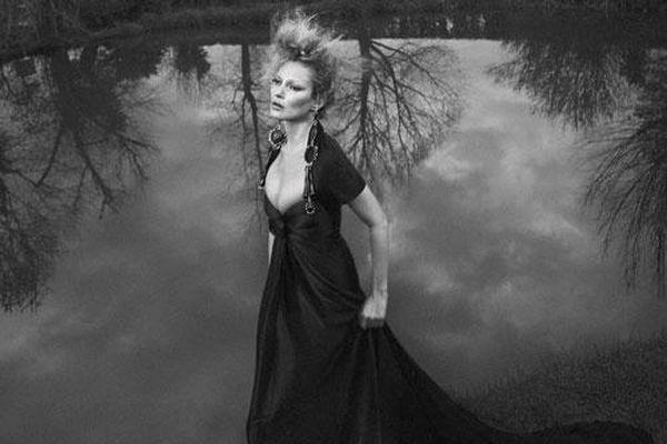 Kate Moss U50 gợi cảm đầy sức sống