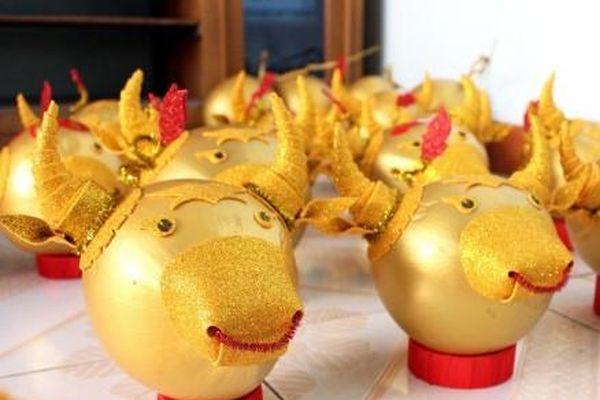 Làm trâu vàng từ quả dừa, gây quỹ hỗ trợ người khó khăn