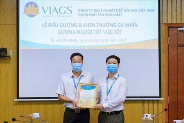 Nhân viên Vietnam Airlines trả lại gần 260 triệu đồng cho hành khách để quên trên máy bay