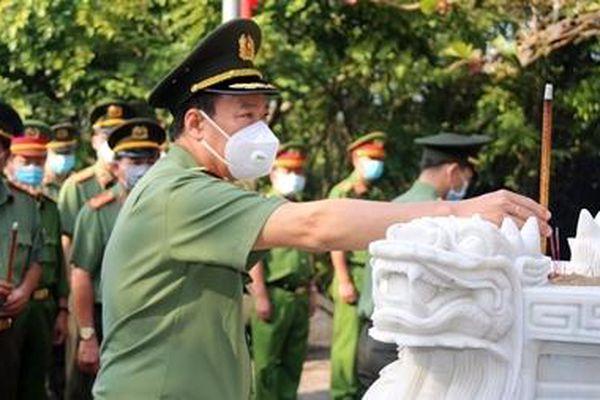 Thứ trưởng Lê Tấn Tới dâng hương tri ân các Anh hùng liệt sĩ
