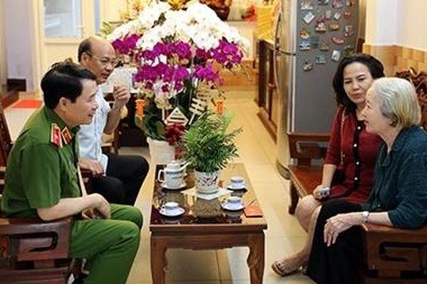 Thứ trưởng Lê Quốc Hùng đến thăm, chúc Tết gia đình nguyên cán bộ cấp cao lực lượng CAND
