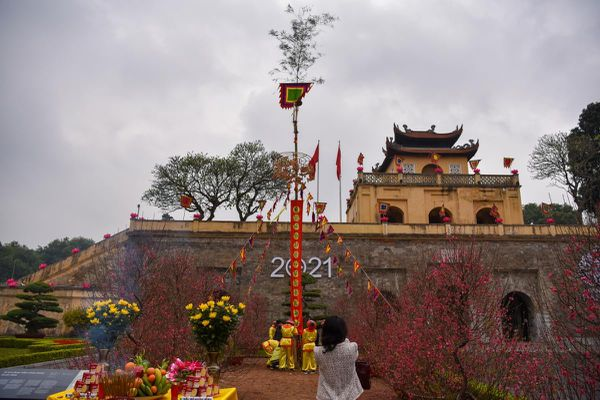 Dựng cây nêu đón Tết tại Hoàng thành Thăng Long