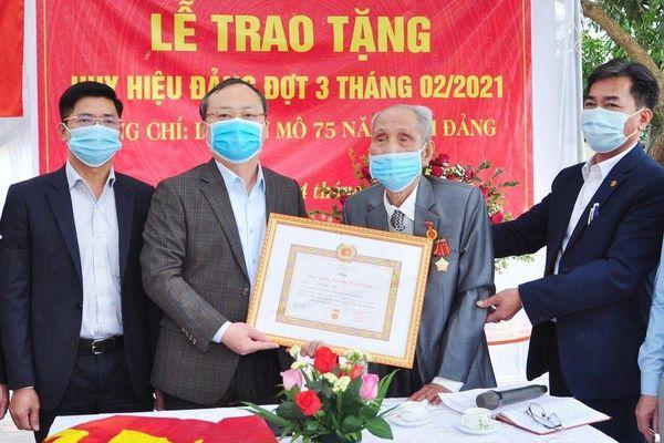 Hưng Yên trao tặng Huy hiệu Đảng cho 996 đảng viên