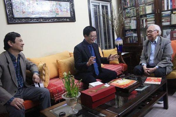 Phó Trưởng Ban Tổ chức Trung ương Mai Văn Chính trao Cúp và Giấy chứng nhận Nhà báo tiêu biểu cho nhà báo Phan Quang
