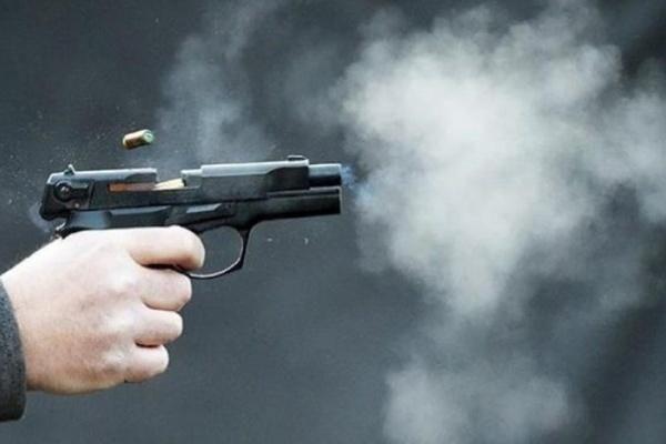 Bị vợ 'cắm sừng', gã đàn ông vác súng bắn tình địch