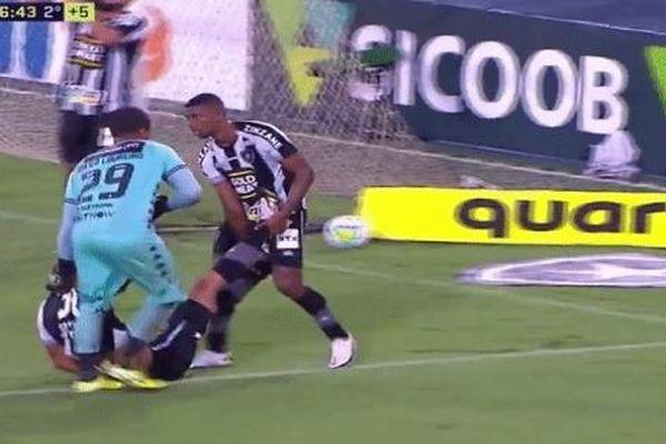 Cầu thủ kéo lê đồng đội bị chuột rút ra ngoài sân để tiết kiệm thời gian