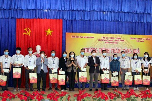 Đồng chí Trương Thị Mai trao quà Tết tặng đội ngũ y tế tại Lâm Đồng
