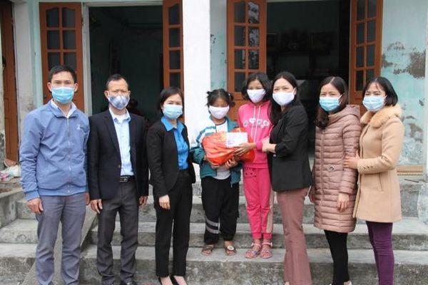Món quà ngày xuân ấm áp cho học sinh nghèo từ hũ gạo tình thương