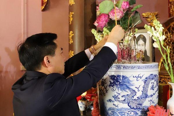 Đồng chí Bí thư Tỉnh ủy Đỗ Trọng Hưng dâng hương tưởng nhớ cố Tổng Bí thư Lê Khả Phiêu và kiểm tra công tác chăm lo cho Nhân dân đón tết tại huyện Đông Sơn